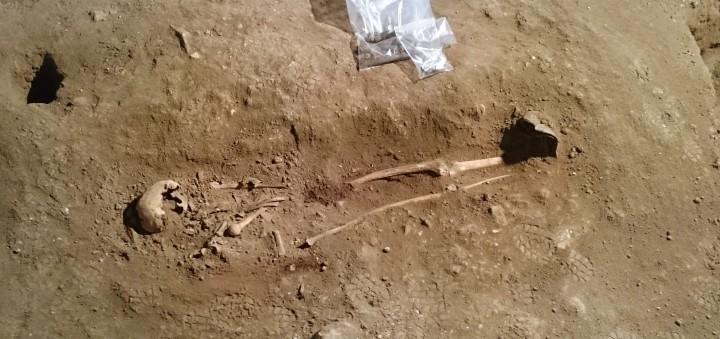 Exhumación de un esqueleto humano durante una excavación arqueológica