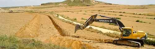 Excavadora realizando una zanja con seguimiento arqueológico