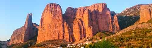 Mallos y formaciones rocosas de conglomerado en Huesca