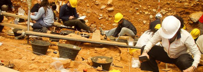 Paleontólogos y arqueólogos excavando en un yacimiento