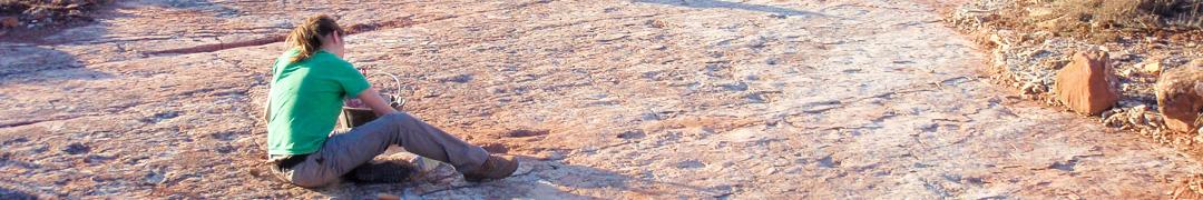 Paleontóloga haciendo trabajos de consolidación en un yacimiento de icnitas