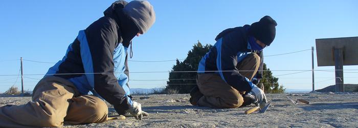 Dos palelontólogas trabajan en un yacimiento