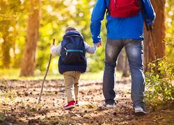 Niño y adulto disfrutando de la naturaleza
