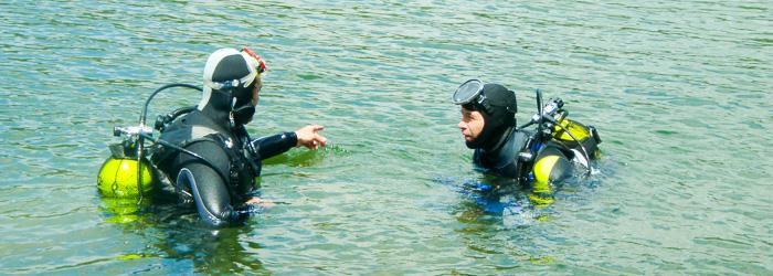 Buzos a punto de comenzar inmersión