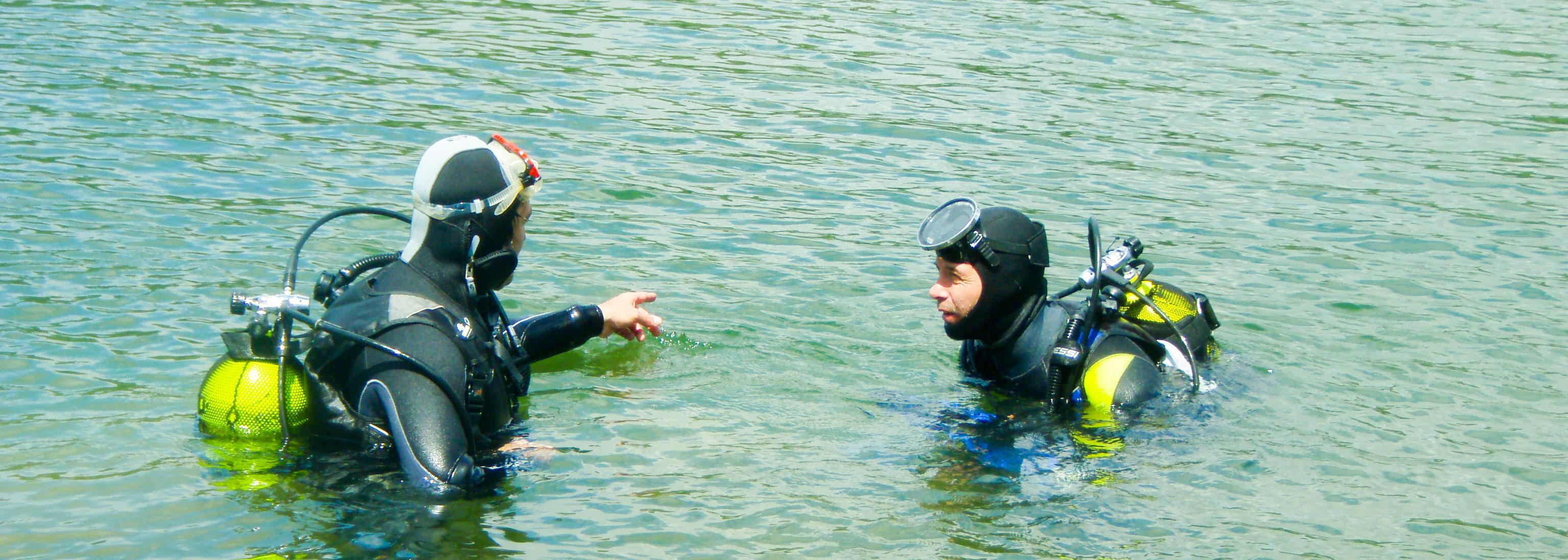 Los buzos de Paleoymás comienzan la inmersión en el río Ebro en busca de ejempñares de margaritifera auricularia u otras Nayades